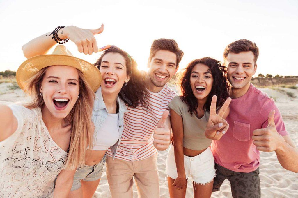 Charterrejser fra Hamborg, tysk rejsebureau, Rejser fra Hamborg, online-booking, glade mennesker på stranden